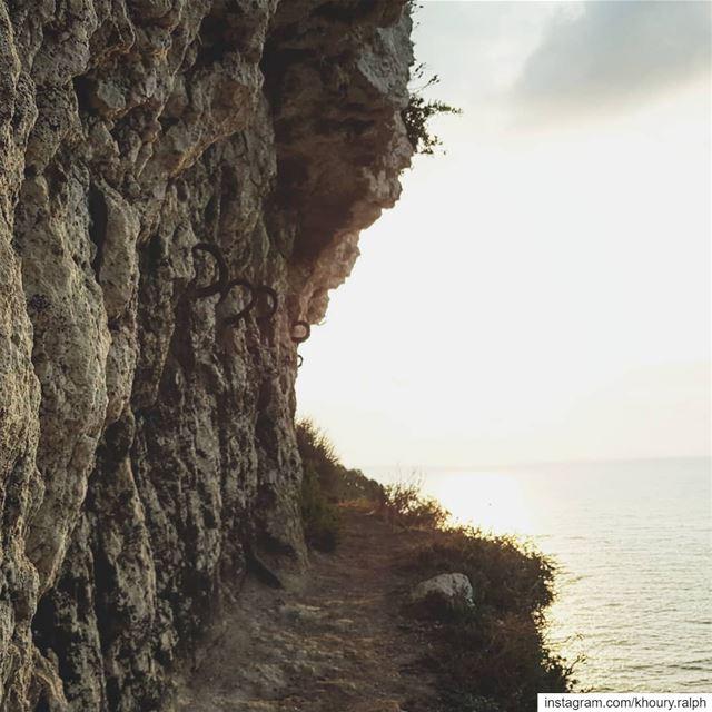 لو كان في طريق تودي شوية شوية ... كنا مشينا... trail travel cliff ...