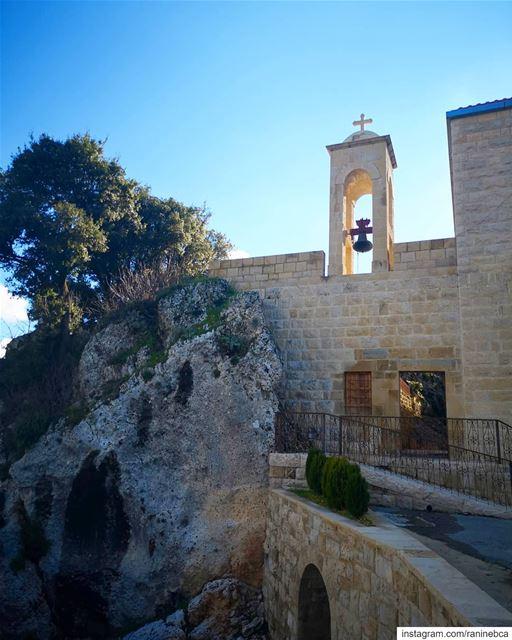عاشت القديسة رفقا في دير مار سمعان من سنة 1871 إلى سنة 1897، فهوَ ديرٌ قدي (Aïtou, Liban-Nord, Lebanon)
