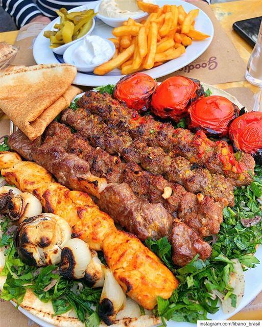 🇱🇧🇧🇷 Churrasco libanês. Servidos? Foto de @lebfoodie.⠀⠀⠀⠀⠀⠀⠀⠀⠀ Líbano (Lebanon)