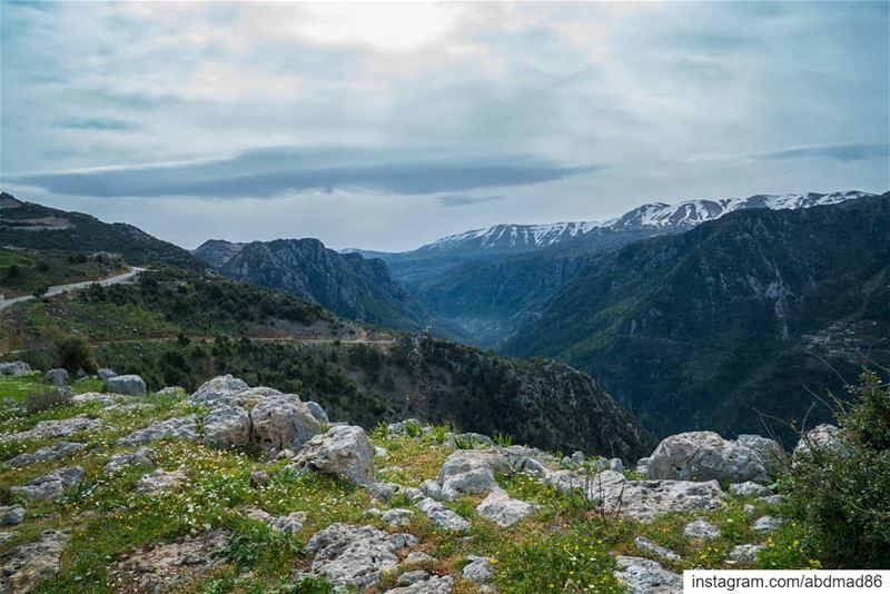 كل فصل من فصول السنة بتشوف منظر مختلف من نفس البقعة.ونيسان بيجمع كل الفصول (Jbail, Mont-Liban, Lebanon)