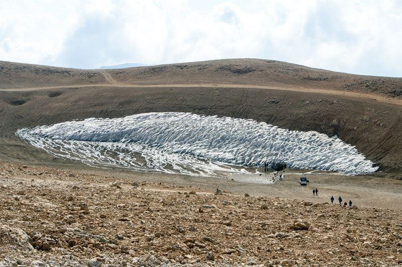 The snow cave (Black Peak)