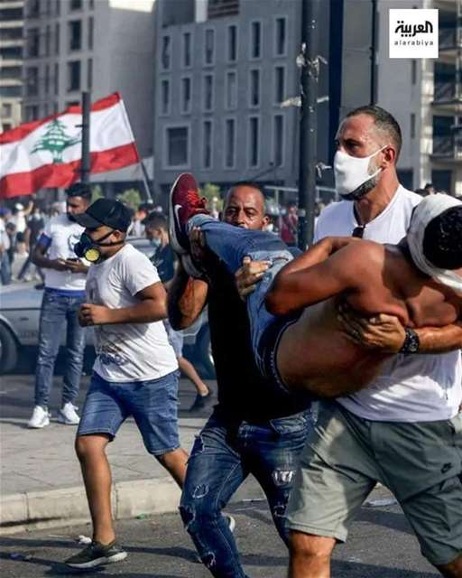 Fadi el Khatib carrying and injured man during the #Beirut protest on 8th of August 2020